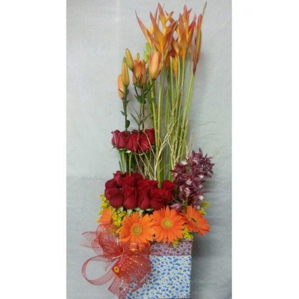 Diseño paralelo en Masas. 24 Rosas, 6 Lirios, 8 heliconias. 10 Gerberas, moño decorativo. 155.000