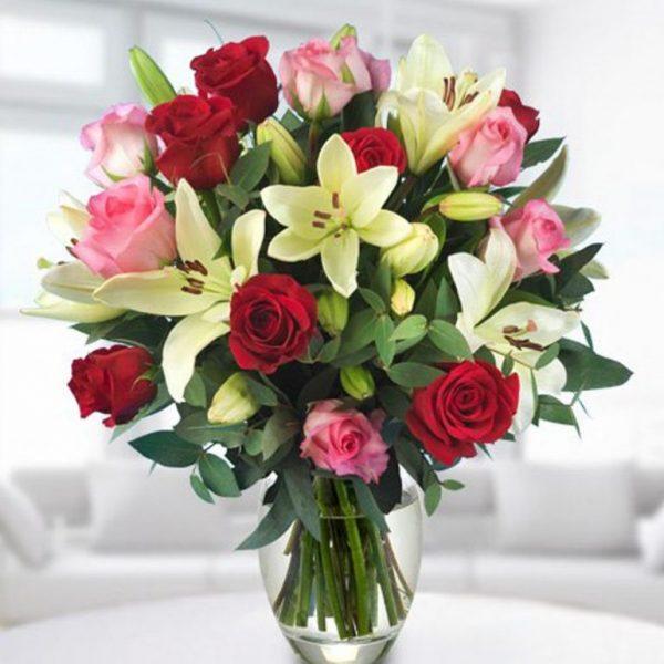 Diseño Circular. 24 Rosas color, 8 Lirios, Jarrón. 100.000