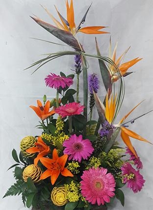 Diseño Tropical, 3 aves del paraíso, 6 Gerberas, 3 lirios, 3 Maracas o heliconias. Algunas Flores pueden variar según disponibilidad. Valor: 65.000$