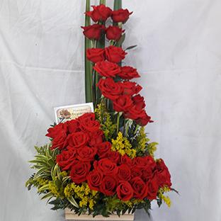 Diseño Torre, 56 rosas, el color de las rosas puede variar según demanda