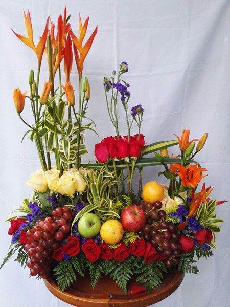 Diseño con diagonales y Frutas. 36 Rosas, 6 Varas de lirios, 6 canciones de la india. Frutas. Valor 165.000$