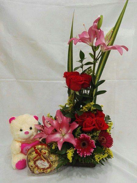 Diseño Floral en ELE, 8 rosas, 3 Gerberas, 4 Lirios, Osito de 15 centímetros, chocolate 3x7 Unidades,  Valor 75.000$