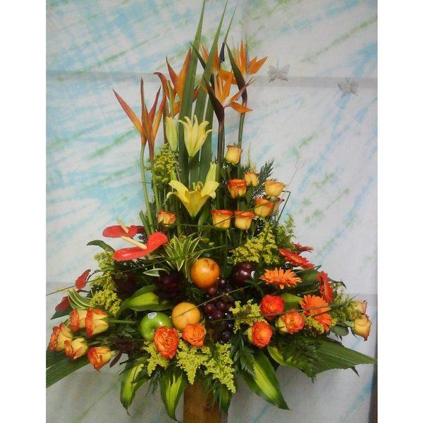 Diseño formal con frutas, 24 Rosas Amarillas, 6 aves del paraíso, 3 lirios. Frutas. 145.000