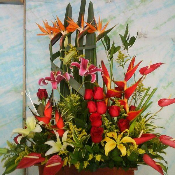 Diseño en Masas. 20 Rosas, 4 aves, 8 Lirios, 6 Anturios, 4 heliconias. Follajes y hojas de complemente.