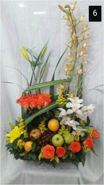Diseño paralelo con frutas. 20 Orquídeas, 20 Rosas, 3 Lirios. Frutas y Follajes. 145.000