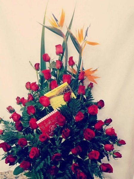 Diseño Formal. 3  aves. 48 Rosas, follajes y hojas de complemento. 115.000