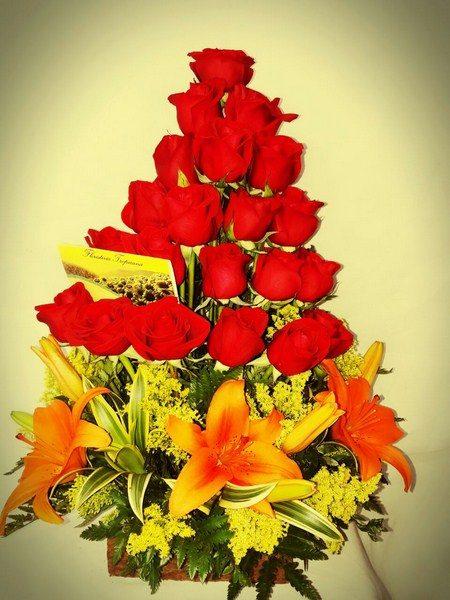 Diseño Formal, 21 Rosas, 2 canciones de la India, 3 Lirios. Follajes y hojas de complemento. 75.000