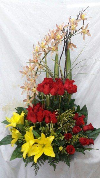 Diseño Masas, 20 Orquídeas, 36 Rosas, 4 Lirios, 2 canciones de la india. 135.000