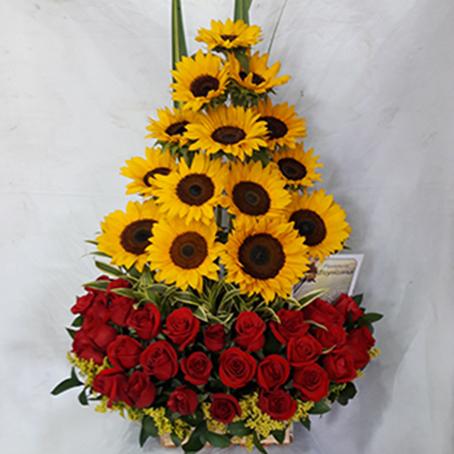 Diseño Formal. 14 girasoles, 24 rosas. El color de las rosas puede cambiar
