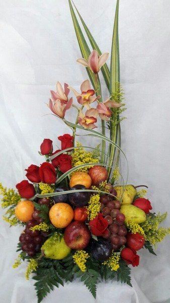 Diseño formal frutero. 6 Orquídeas, 12 rosas, abundante fruta. 115.000