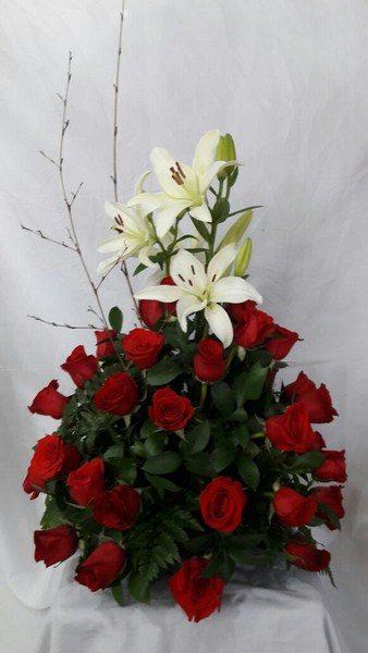 Diseño Formal Triangulo. 24 Rosas, 4 Lirios. 95.000