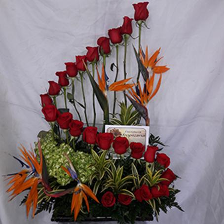 Diseño espiral. 24 rosas, 3 ortencias, 6 aves. Valor 95.000$