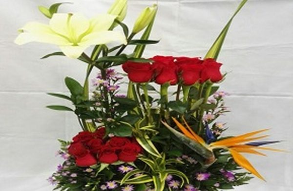 Diseño paralelo, 12 Rosas, 1 lirio, 1 ave del paraíso. Valor 75.000$