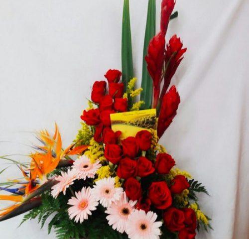 Diseño en espiral. 4 Ginger, 5 aves, 6 Gerberas, 24 Rosas.  125.000