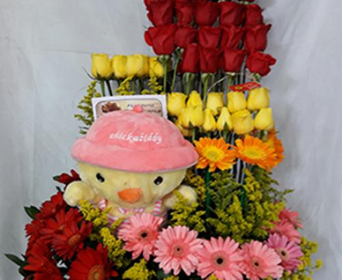 Diseño en Masas, 24 rosas rojas, 15 rosas amarillas, 12 Gerberas, peluche pollito, el color de las rosas,  Gerberas y el peluche puede cambiar. Valor: 255.000$.